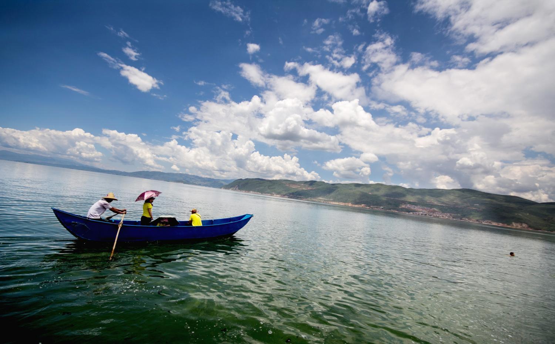 在大理,最好的休闲方式就是在洱海边找个旅馆 吹着洱海的风 划划船 跟