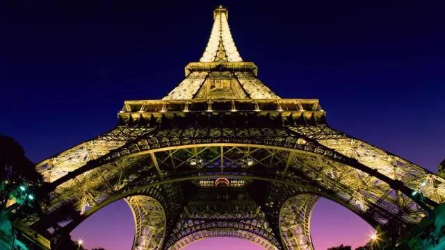 巴黎铁塔底座的两个脚与塔尖